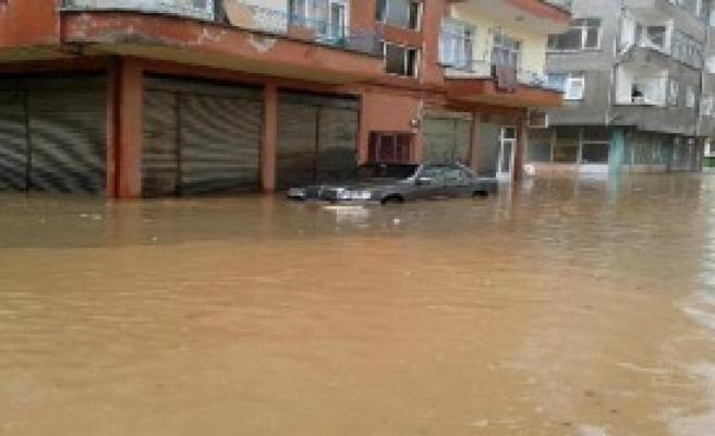 Artvin'de Sağanak Yağmur Yolları Kapattı