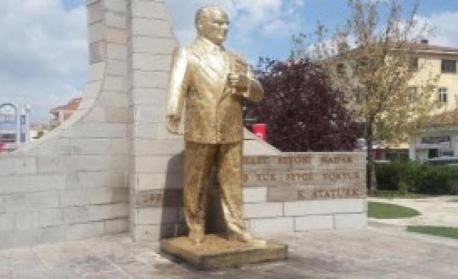 Atatürk Heykelini Gece Yakmaya Çalıştılar