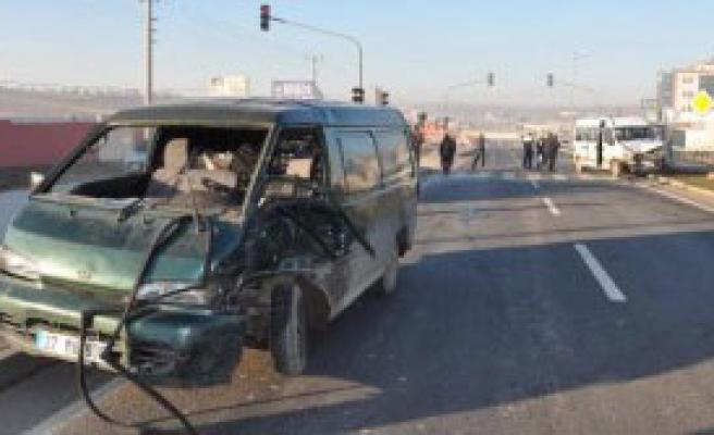 Nizip'te Minibüsler Çarpıştı: 4 Yaralı