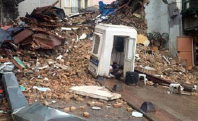 İstanbul'da İki Bina Çöktü
