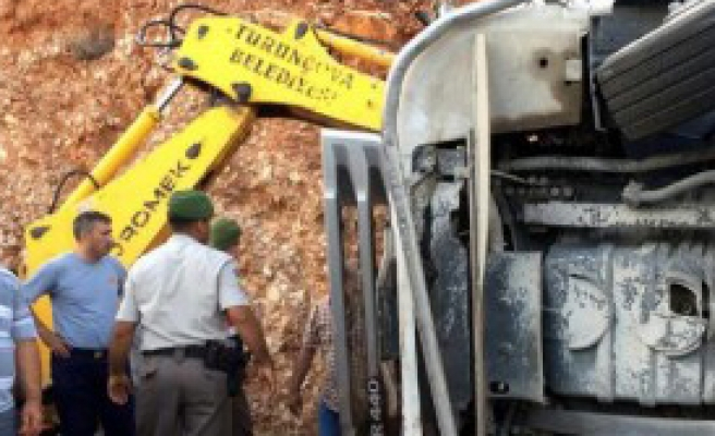 Devrilen Kamyonun Şoförü Öldü