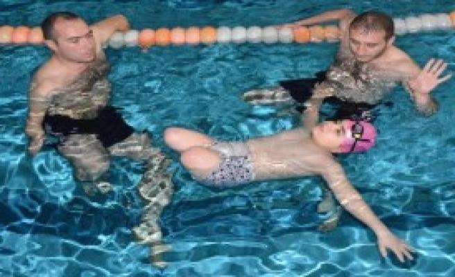 Bacaklarını Dolaba Koyup, Havuza Giriyor