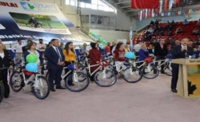 Öğretmenlere Bisiklet Dağıttı