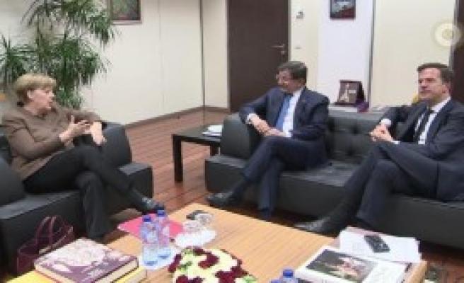 Davutoğlu, Başbakanlarla Görüştü