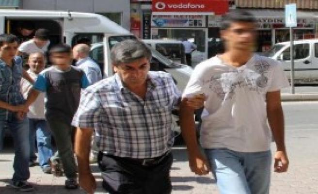 Erdoğan'ın Afişini Yırtanlar Adliyede