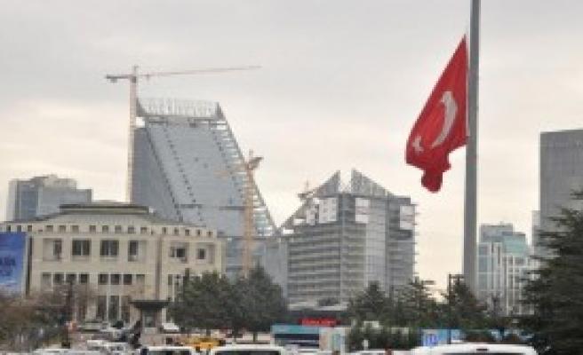 Başkentte Bayraklar Yarıya Çekildi