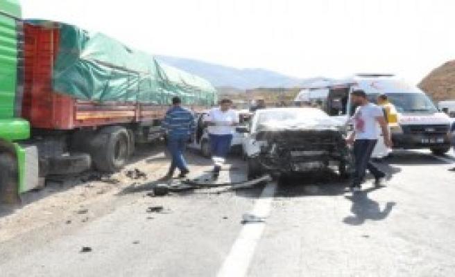 Bayram Yolunda Kaza: 1'i Polis, 3 Yaralı