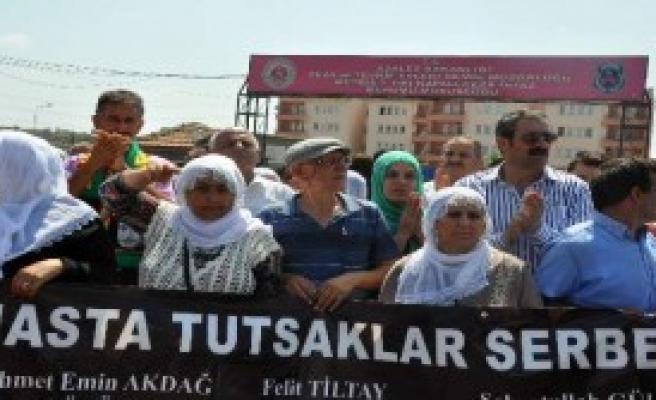 BDP'liler Cezaevi Önünde Eylem Yaptı