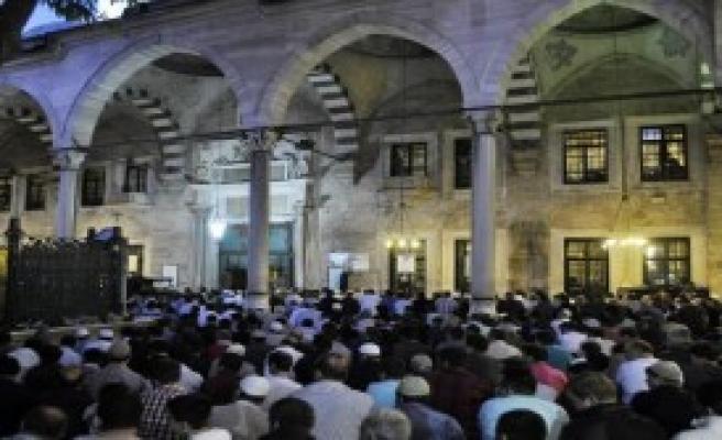 Vatandaşlar Camilere Akın Etti
