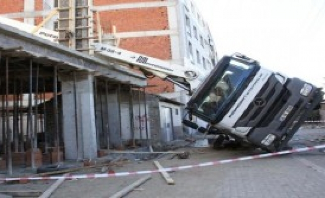 Beton Pompası İşçilerin Üstüne Devrildi