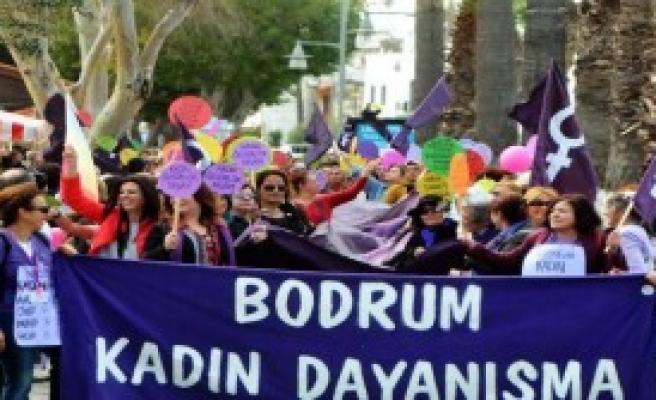Bodrum'da Kadınlardan Şiddete Yürüyüşlü Tepki
