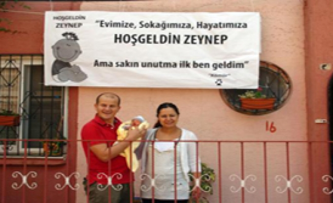 'Tüp Bebek' Kızını ve Eşini Pankartla Karşıladı