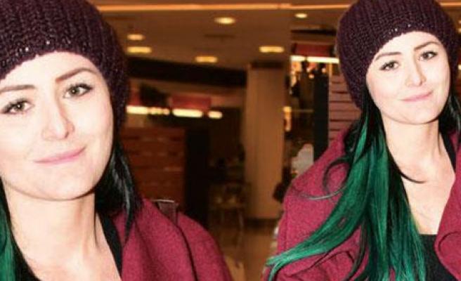 Saçlarını Yeşile Boyattı