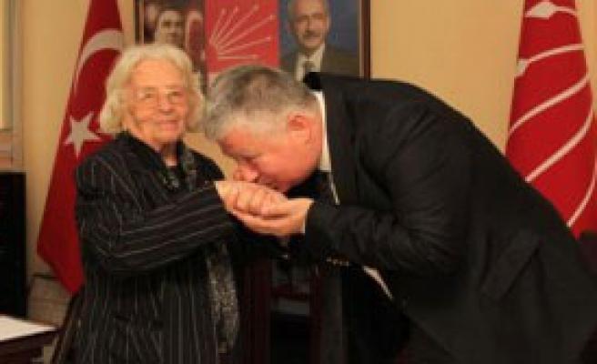 84 Yaşında CHP'ye Üye Oldu