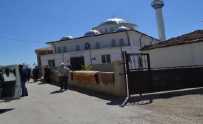 Cami Avlusunda Cinayet: 1 Ölü, 1 Yaralı