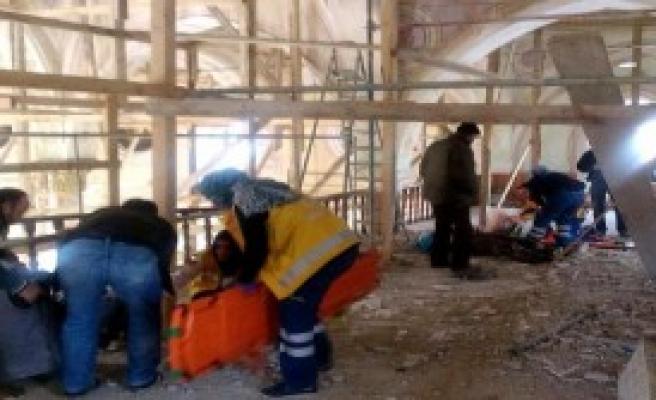 Camide Tahta İskele Çöktü: 2 Yaralı