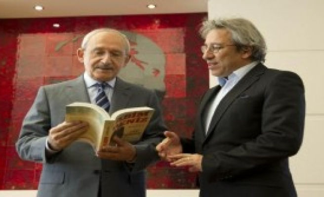 Can Dündar, Kılıçdaroğlu'na Kitap İmzaladı
