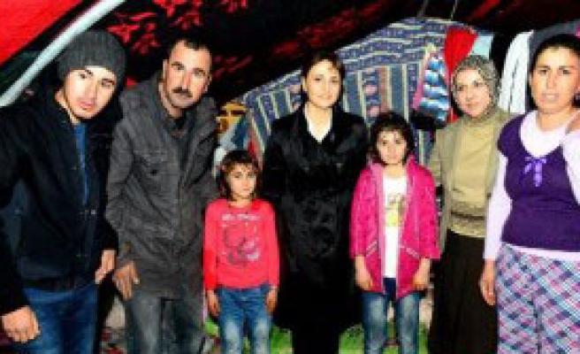Vali Eşi Ezidi Kampını Ziyaret Etti