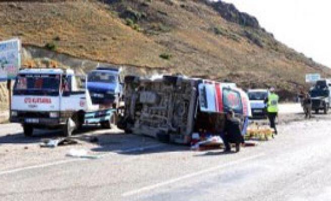Hasta Taşıyan Ambulans Çekiciye Çarptı