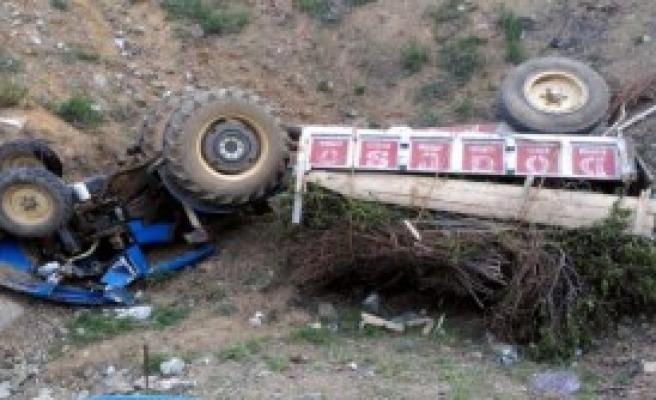 Çelikhan'da Traktör Devrildi: 4 Yaralı