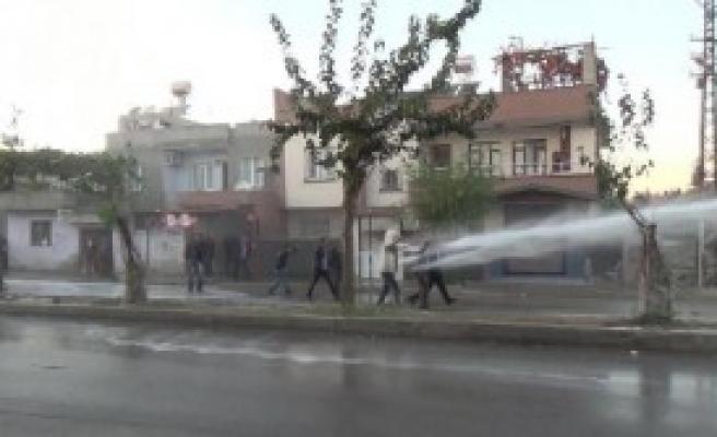 Ceyhan'da İzinsiz Yürüyüşe Polis Müdahale Etti