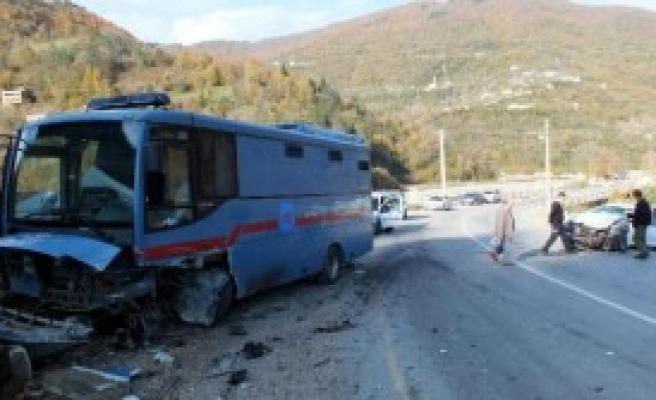 Cezaevi Aracı Kazaya Karıştı: 2 Yaralı