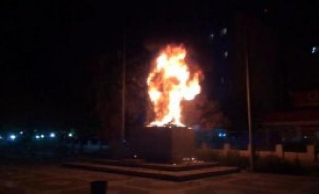 Cizre'de Göstericiler, Atatürk Heykelini Yaktı
