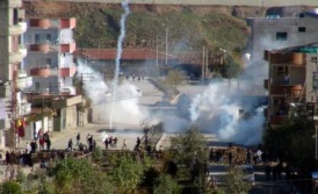 Cizre'de Göstericiler Bir Polisi Yaraladı