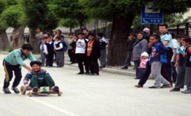 Çocuklar Tornetlerle Yarıştı