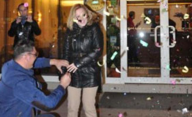 Sevgililer Günü'nde Polis Destekli Evlilik Teklifi