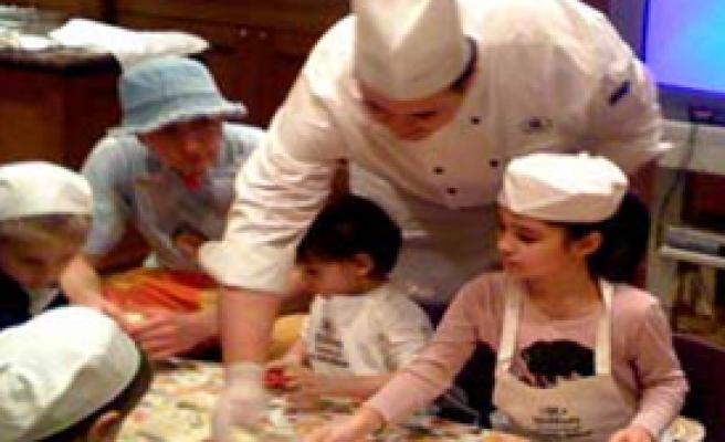 Depremzede Çocuklardan Annelerine Pasta