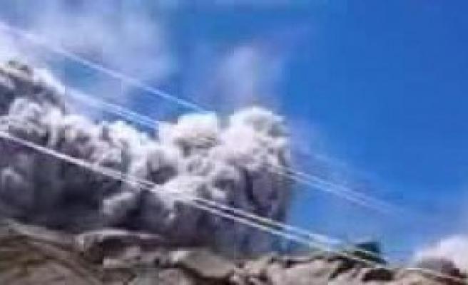 Dağcılar Tırmanırken Yanardağ Patladı