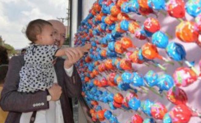 Bilboardlar Rengarenk Şekerle Donatıldı
