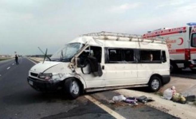 Devrilen Minibüste 8 Kişi Yaralandı