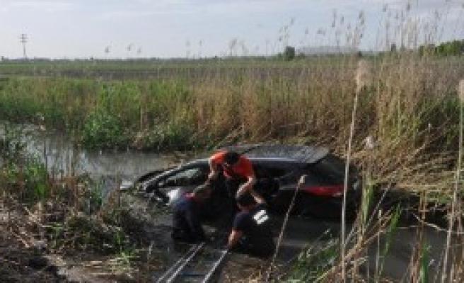 Otomobil, Su Kanalına Uçtu: 3 Yaralı