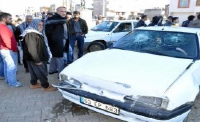 Duvara Çarpan Otomobildeki 4 Kişi Yaralandı