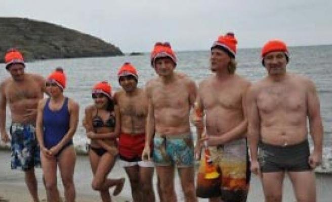 Soğuğa Aldırmadan Denize Girdiler