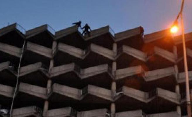 3 Kişi, Otoparkın Terasında İntihara Kalkıştı
