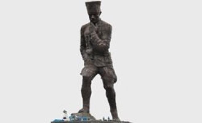Türkiye'nin en büyük Atatürk heykeli açılışında kriz