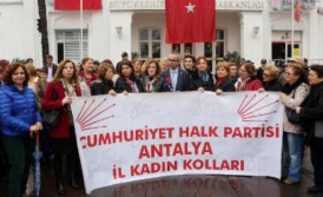 CHP'li Kadınlardan 'Üstsüz Güneşlendiler' Protestosu