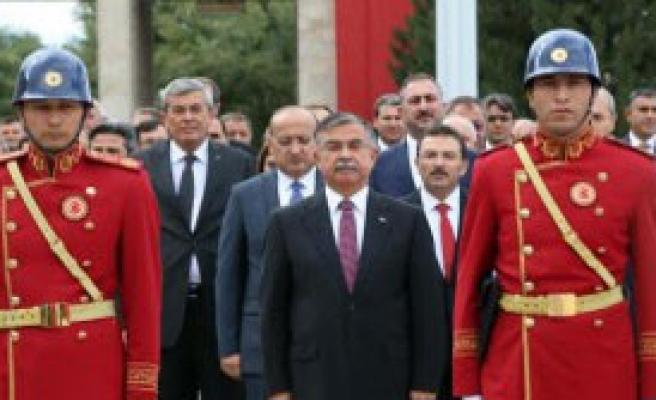 Atatürk Anıtı'na Çelenk Konuldu