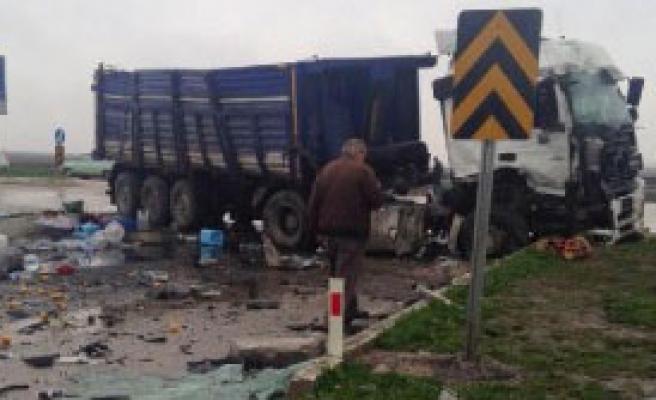 Yolcu Otobüsüyle TIR Çarpıştı: 19 Yaralı
