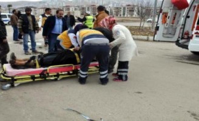 Elazığ'da 2 Otomobil Çarpıştı: 4 Yaralı