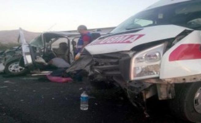 Elazığ'da Ambulans Otomobille Çarpıştı: 7 Yaralı