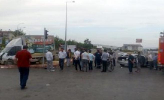 Elazığ'da Kamyonet İle Otomobil Çarpıştı: 5 Yaralı