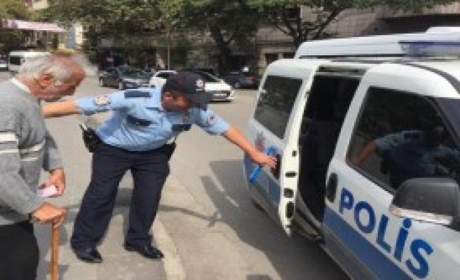 Yaşlı Adama Polis Koruması