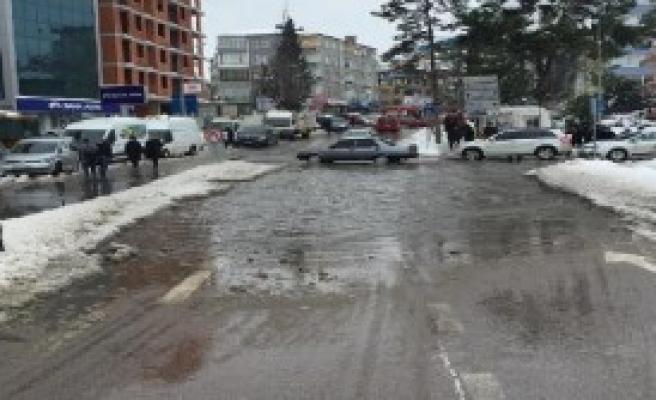Eriyen Kar Suyu Yollara Zarar Verdi