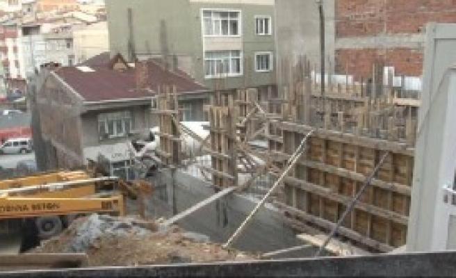 Esenler'de Yıkılan Duvarın Altında Kalan Yaşlı Kadın Ağır Yaralandı