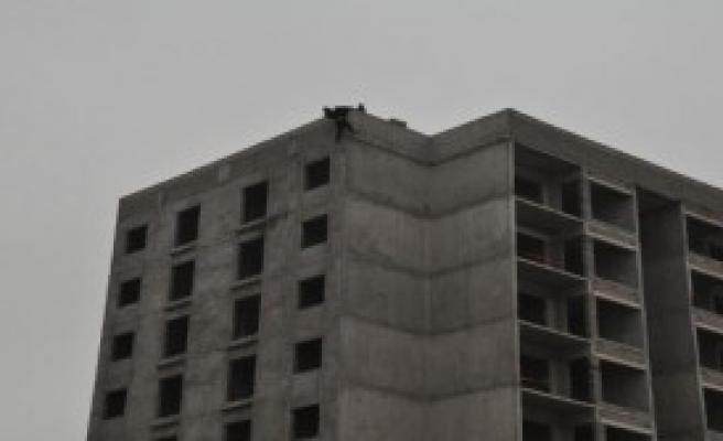 Evden Uzaklaştırma Cezası Alınca Çatıya Çıktı