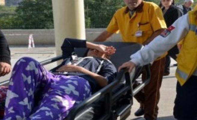 Genç Kız İle Annesini Bıçakladı